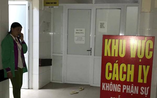Người nhà các bé sơ sinh điều trị ở Bệnh viện Sản Nhi Bắc Ninh chờ đợi trước cửa khu vực cách ly. Ảnh: Nam Phương.